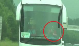Francia: hombre es captado leyendo libro mientras conducía bus