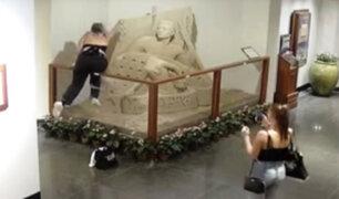 Mujeres destruyen escultura de arena en hotel de Estados Unidos