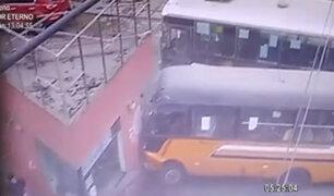 La Victoria: buses chocan entre sí e impactan en caseta de serenazgo
