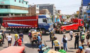 La Victoria: denuncian que camiones estacionados interrumpen el tránsito en avenida Arriola