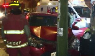 Breña: auto acabó destrozado tras chocar con poste en la avenida Brasil