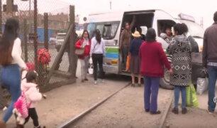 Huachipa: Combis utilizan rieles de tren como paraderos