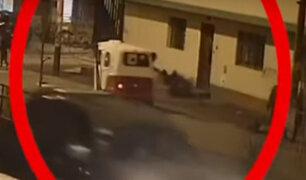 VES: ladrón en mototaxi arrastra a mujer para robarle su cartera