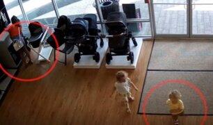 Mujer roba coche para bebé pero olvida a su hijo en la tienda