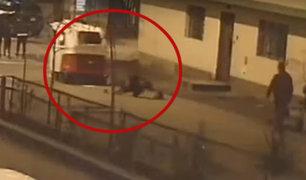 VES: delincuente a bordo de moto arrastró varios metros a mujer para robarle