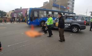 Surco: mujer muere tras ser arrollada por cúster cuando conducía su motocicleta