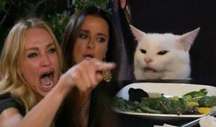 ¿De dónde proviene el meme del gato en la mesa y la mujer gritando?