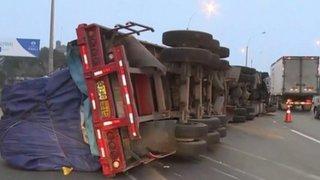Aparatoso accidente en Los Olivos: trailer terminó volcado en plena Panamericana Norte