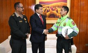 Policía que fue embestido y secuestrado por chofer de combi será condecorado