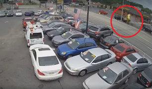 EEUU: taxi fuera de control impactó violentamente contra autos de un estacionamiento