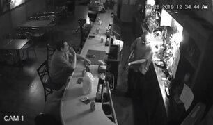 EEUU: cliente de bar no se inmutó por delincuente armado y sacó cigarro para fumar en pleno robo
