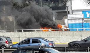 Auto se incinera en la concurrida avenida Javier Prado