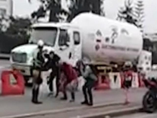 Policía que castigó a infractores de tránsito con 'ranas' habría incurrido en exceso de funciones