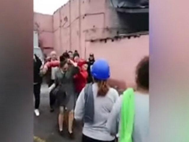 Grupo de personas agredió a puñetazos y patadas a presunta terramoza