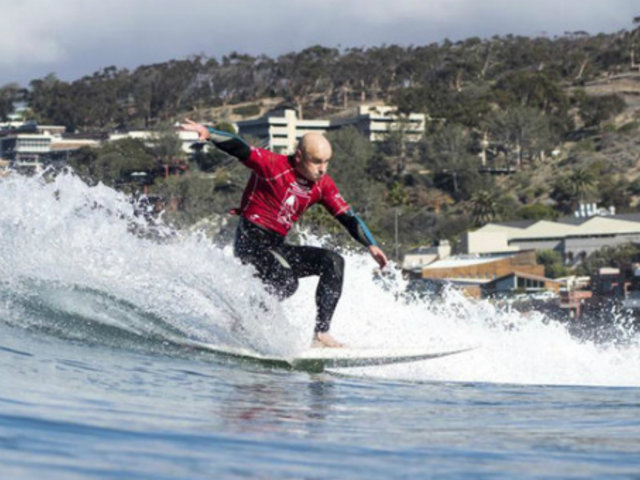 España: surfista invidente es instructor de jóvenes