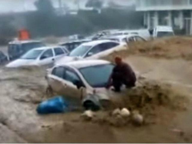 Malasia: autos son arrastrados por corriente tras fuertes precipitaciones