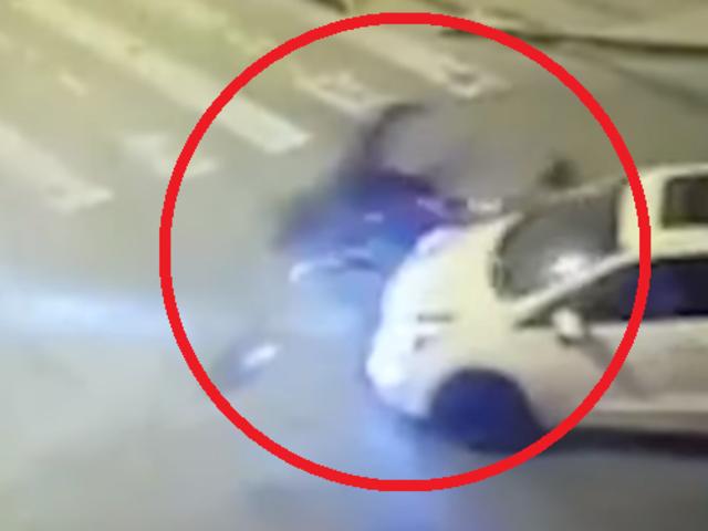 Motociclista queda grave en brutal choque con auto por exceso de velocidad