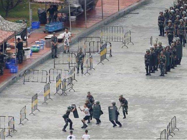 China concentra numeroso contingente militar en la frontera con Hong Kong
