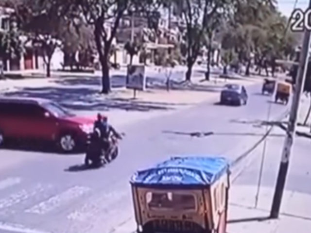 Piura: cámara capta brutal choque entre auto y motocicleta