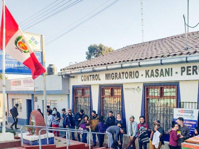 Migraciones: cientos  de venezolanos salen del país por la frontera de Puno con Bolivia