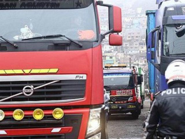 La Victoria: denuncian que vehículos de carga pesada y particulares invaden vía pública