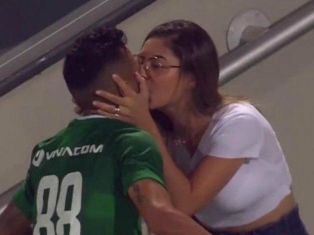 Futbolista besó a su esposa tras marcar gol y se lo anularon