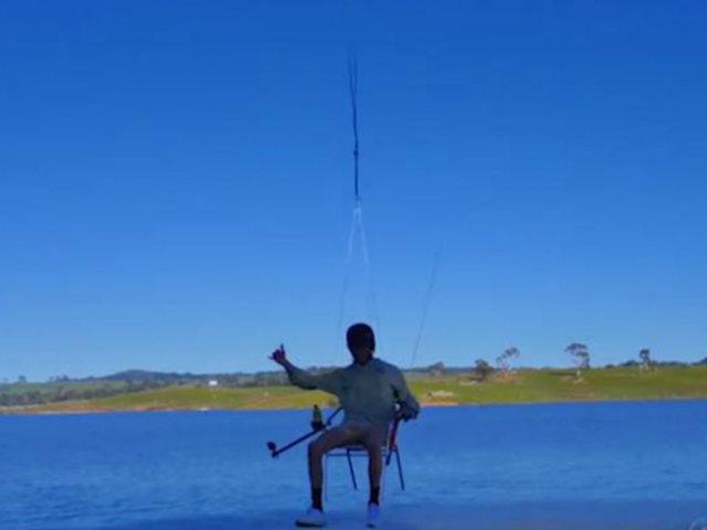 Australia: sujeto que pescó colgado de un drone podría afrontar proceso judicial y una multa