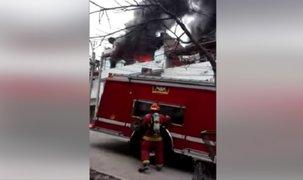 SJM: Bomberos intentan controlar incendio en vivienda ubicada en Pamplona Alta