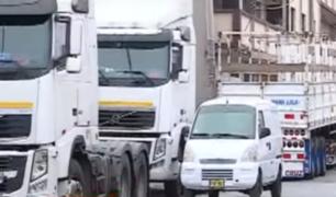 La Victoria: circulación de camiones en calles angostas genera caos vehicular y destrucción de pistas
