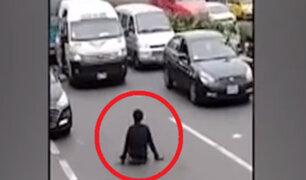 Hombre con discapacidad impide el paso de vehículos a cambio de dinero