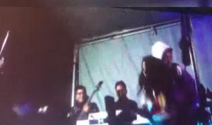 Huancayo: pareja en estado de ebriedad cae con violencia del escenario