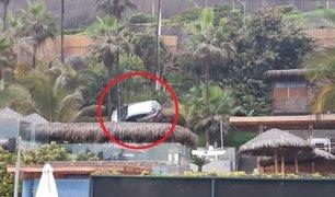 Retiran auto se había quedado suspendido sobre un árbol en Miraflores