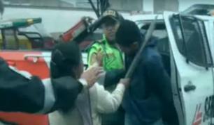 Ate: madre de familia golpea a delincuente que hirió a su hijo