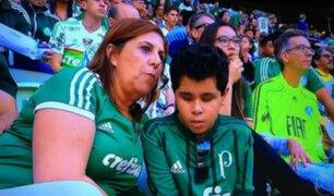 Nominada a mejor hincha: madre narra todos los partidos a su hijo invidente