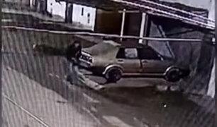 [VIDEO] Ladrón es captado robándose autopartes durante la madrugada