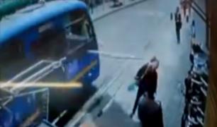 Colombia: lámina metálica casi deja a una mujer decapitada