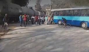Choque de tren con bus escolar dejó 10 heridos