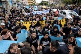 Brasil: miles marchan vestidos de negro contra presidente Bolsonaro