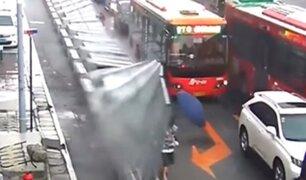 China: valla derribada por el viento cae sobre varios peatones