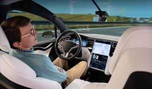Captan a conductor durmiendo mientras conduce un Tesla en la carretera