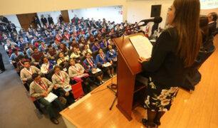 El confuso discurso que dio Karina Beteta a un grupo de escolares