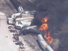 Impactantes imágenes: tren se descarrila e incendia en Estados Unidos