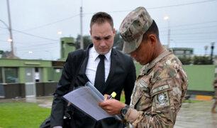 Forsyth se enlista en el Ejército como oficial de reserva