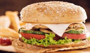 Adolescente muere en su cumpleaños por comer una hamburguesa