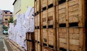 VMT: maderera utiliza vereda para colocar pesados costales de aserrín y cajas de madera