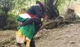 Huaraz: policía cargó a anciana por 40 minutos para llevarla hasta hospital