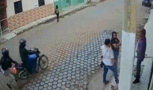 Colombia: poste le salva la vida a hombre durante tiroteo