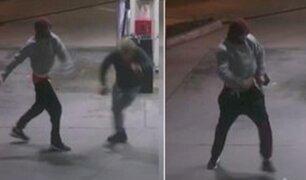 Hombre evita que ladrón armado le robe su auto defendiéndose con un frasco de café