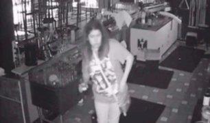 Mujer se queda encerrada en bar y aprovecha para seguir bebiendo gratis