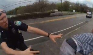 Hombre salta de un puente y policías lo agarran en el último segundo